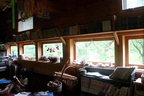 ゲストハウスの中の木製サッシを使った窓