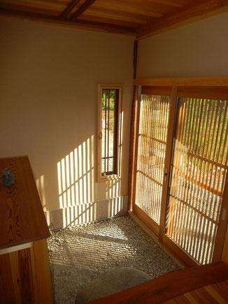 木製サッシを使用した玄関のスライディングドア by のらちん工房